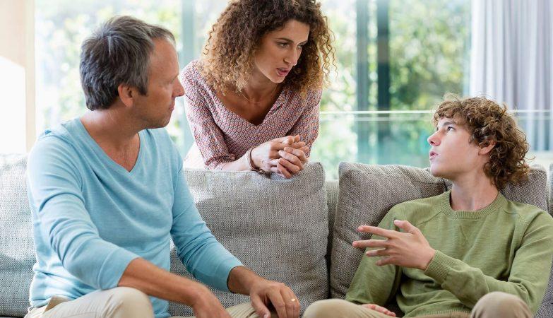 Cần làm gì khi con cái tuổi teen cãi lời cha mẹ?
