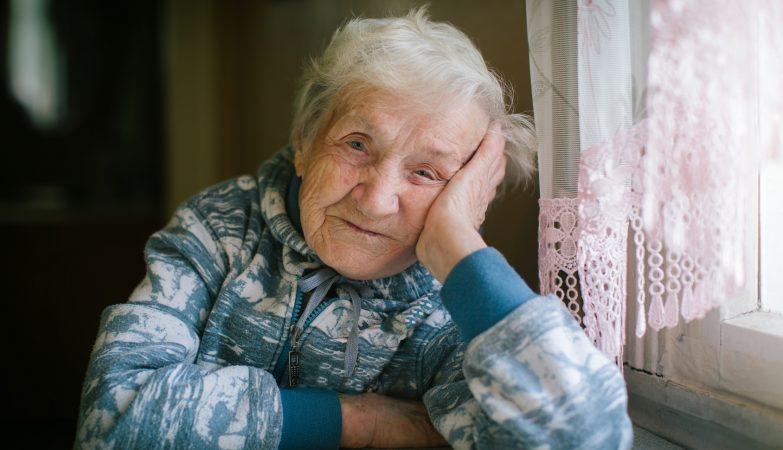 Bệnh đục thủy tinh thể ở người già